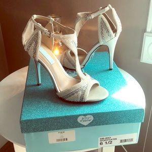 GORGEOUS ivory/silver accented open toe Pumps